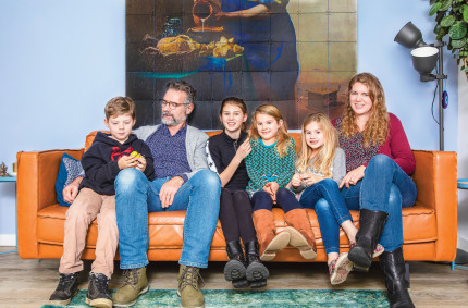 Maartje de Kok with her family on the couch